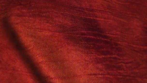 Červené hedvábné tkaniny ve větru