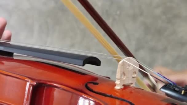 Zenész közelkép hegedűről, klasszikus zene