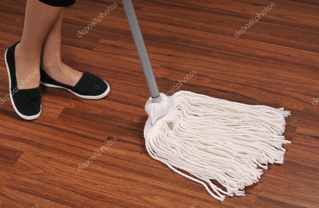 Mopa para limpiar piso de madera del polvo — Foto de stock © flisakd ...