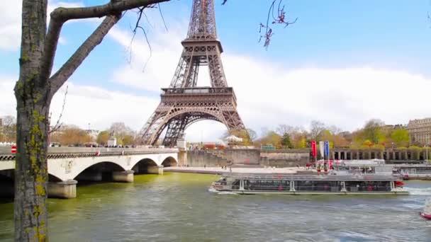 Nádherný pohled na Eiffelovu věž, výletní loď a most