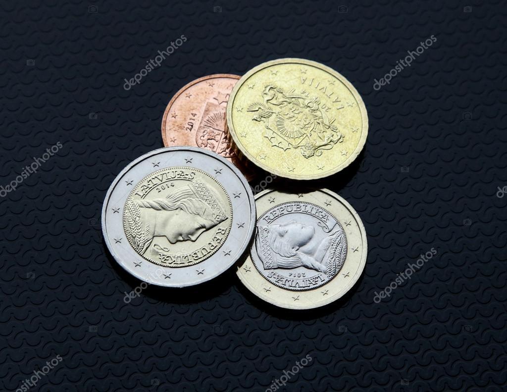 ユーロ硬貨の 1 つ 2 つの金表側...