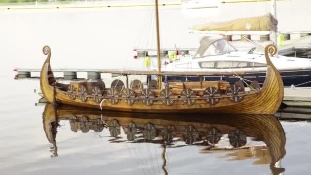 alte Vintage Holz militärische skandinavischen Wikingerkrieger Boot Schiff mit Schilden wellenartig geschwungen auf ruhige Szene