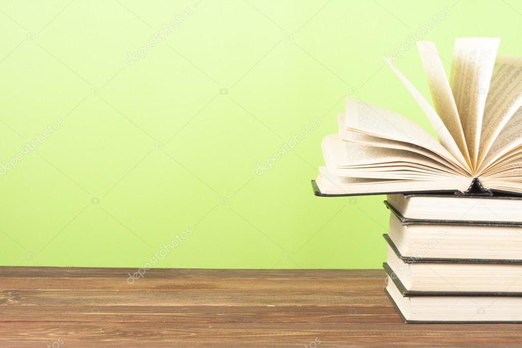 Открытая книга, книги в твердом переплете на деревянный стол. Образование. Вернуться в школу. Скопируйте пространства для текста — Стоковое фото