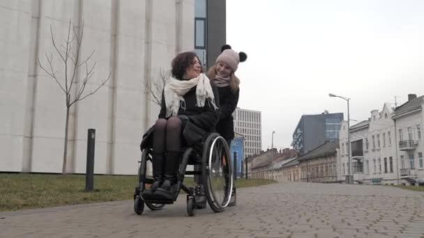 Kleine Tochter läuft mit ihrer behinderten Mutter in der Stadt