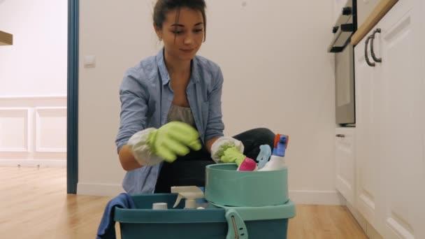 Žena z úklidové společnosti připravuje na úklid kuchyně