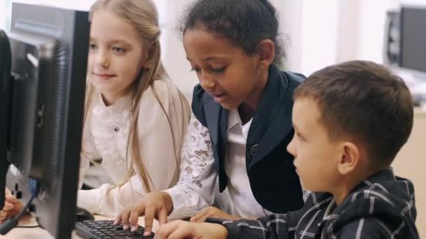 Számítógépet használó gyerekek csoportja az osztályteremben