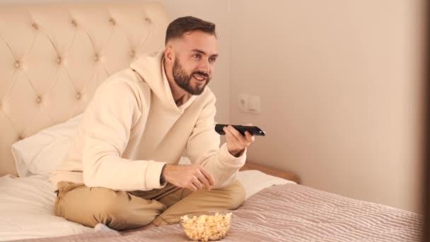 Fiatal férfi feküdt az ágyban, és otthon tévézett.