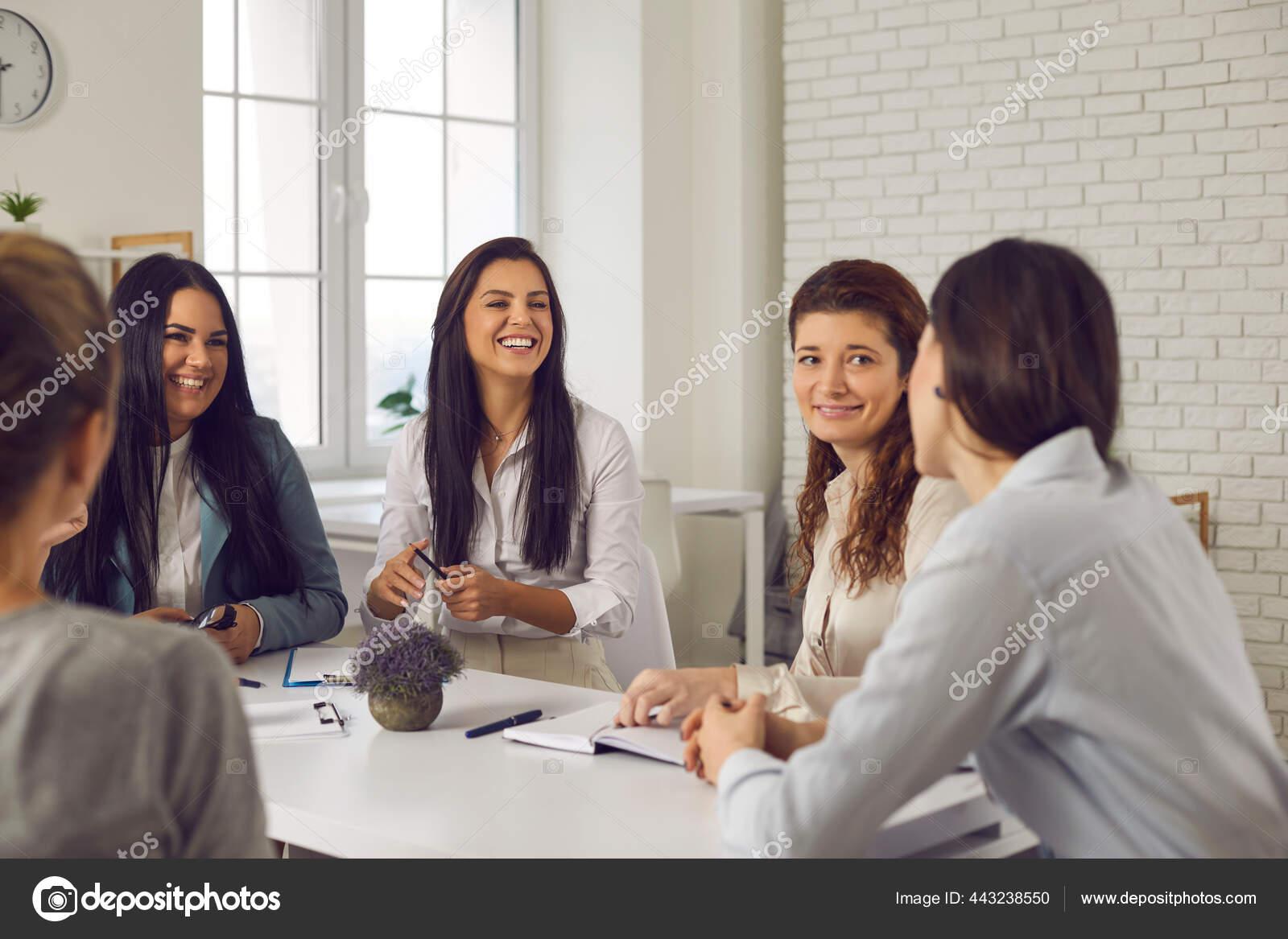 Kelompok Wanita Bisnis Yang Bahagia Bertemu Di Kantor Mendiskusikan Ide Ide Lucu Dan Tertawa Stok Foto C Lacheev 443238550