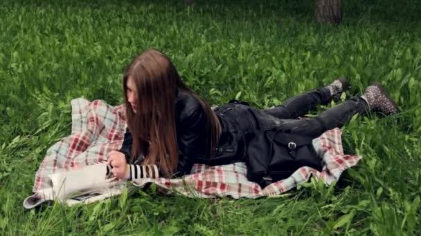 krásná mladá dívka s knihou venkovní