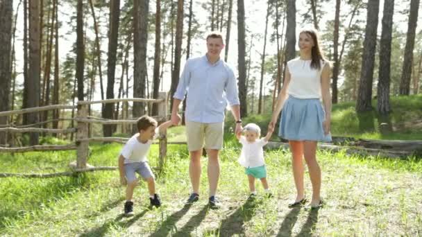 Matka otce a malé děti užívat přírody spolu rodinu v letním parku