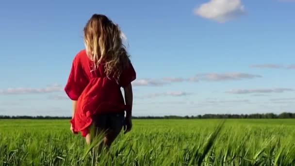 Šťastná žena užívat přírody krásné blonde chůzi na hřišti. Koncept svobody.