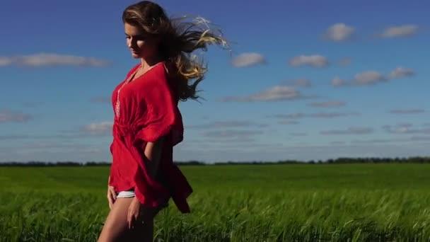 Šťastná žena užívat přírody krásná blondýna pózuje na hřišti. Happy koncepce