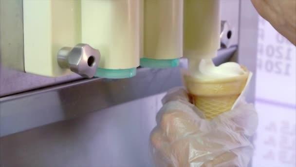 Pouličního prodavače zmrzliny vyplnění kužel zmrzliny stroj