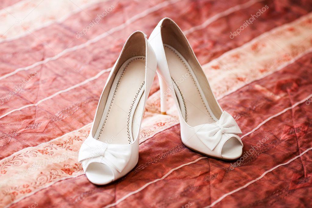 zapatos de novia blanco en sofá rojo. concepto de matrimonio — foto
