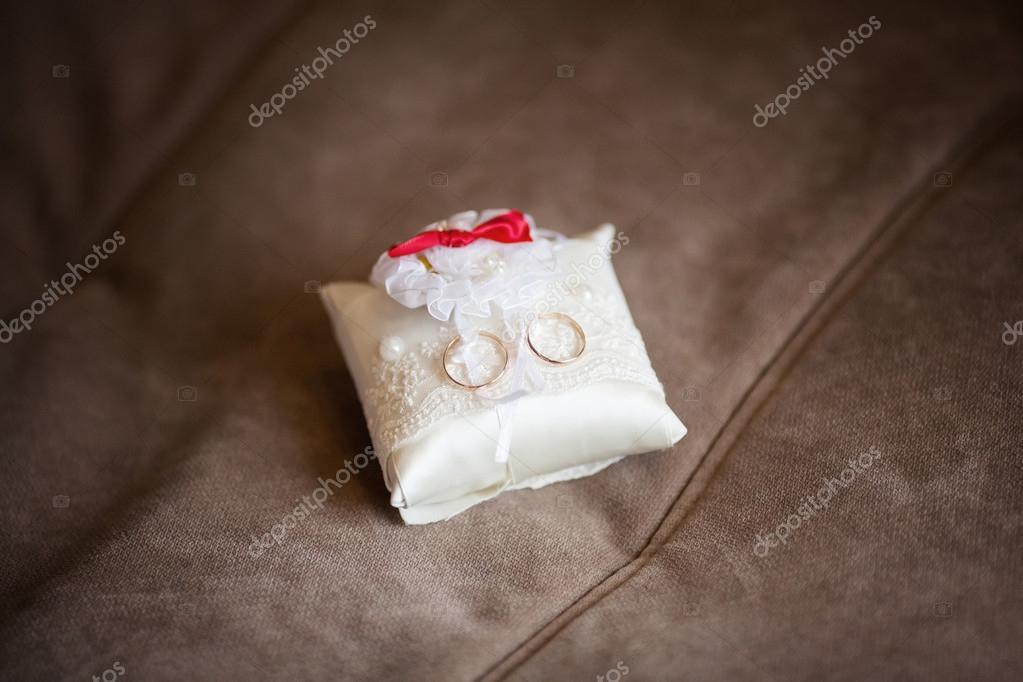Goldene Hochzeit Ringe Auf Geschmuckten Kleinen Weissen Kissen Ehe