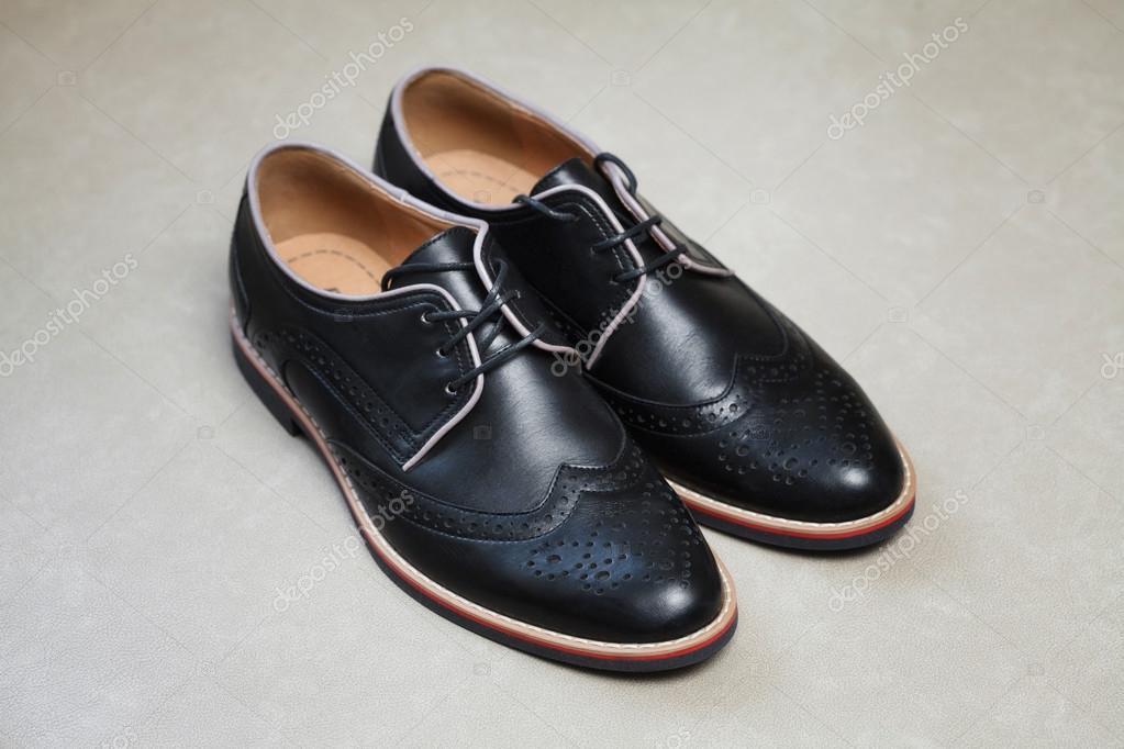 e9483cac Moderno negro brillante hombre zapatos con cordones en fondo claro — Fotos  de Stock