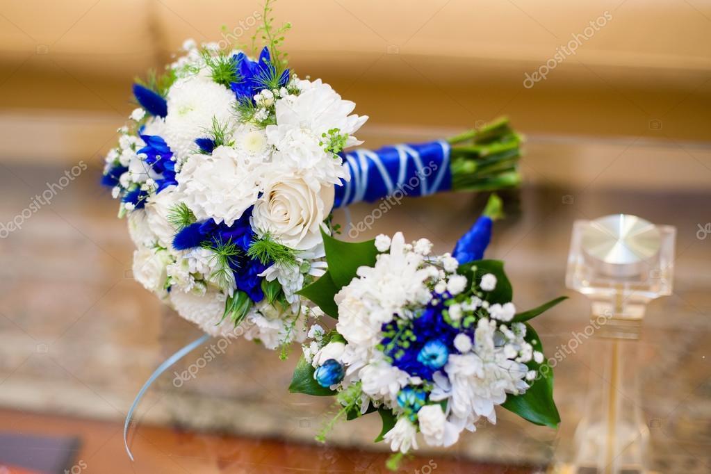 Blaue Und Weisse Hochzeitsstrauss Rosen Auf Glastisch Stockfoto