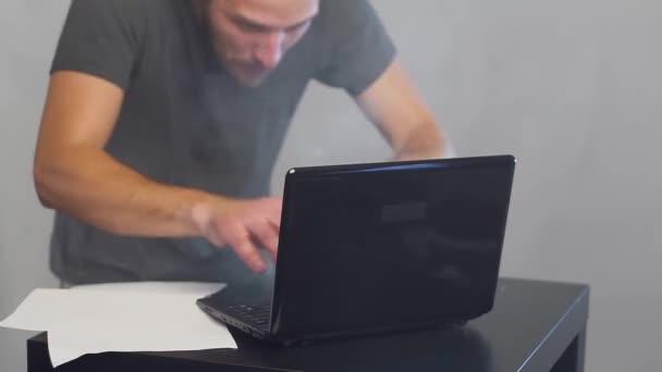 Őrült fanatikus üzletember, aki egy égő számítógépen dolgozik. Könyvelési jelentés. Kriptovaluta.