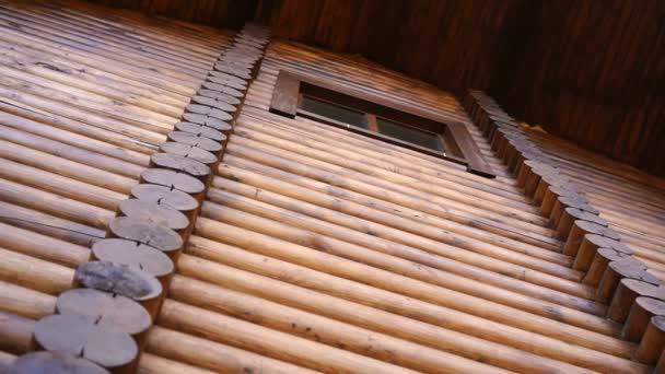 Niedriger Winkel der Wand eines Holzgebäudes aus Baumstämmen