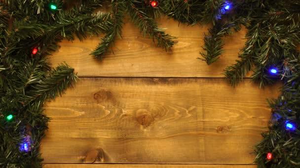 Vánoční dřevěné vinobraní pozadí je zdobeno blikajícími girlandy.