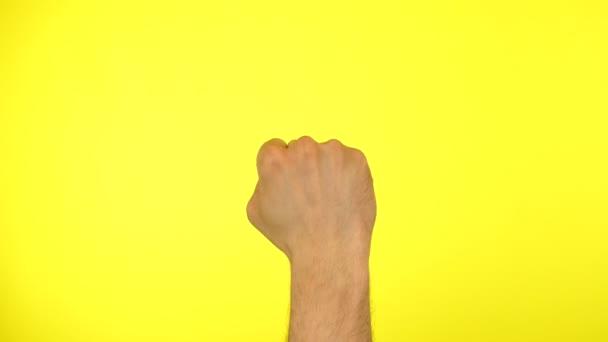 Close up Mann männliche Hand Fäuste klopfen Tür Geste klopfen klopfen, die dort