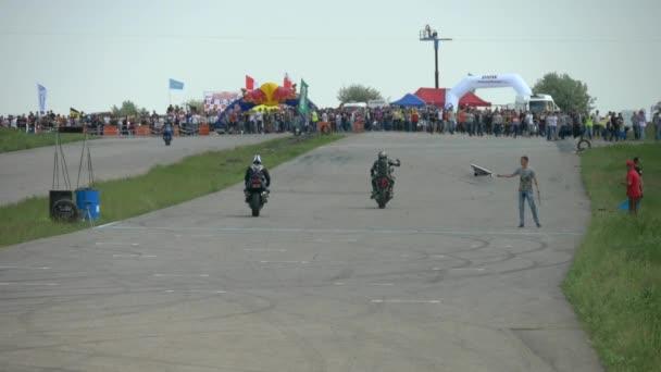 Oděsa, Ukrajina - 22 květen 2016: Bmw Moto Tourist Trophy. Motocykl jízda závodníků na trati. 50 fps slow motion