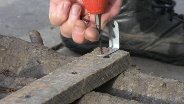 Kovové rohové desky přišroubovat na dřevěný bar elektrický šroubovák