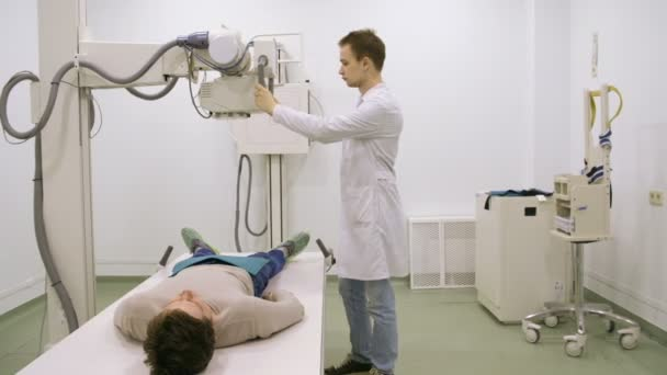 junger Arzt untersucht Patient mit mri