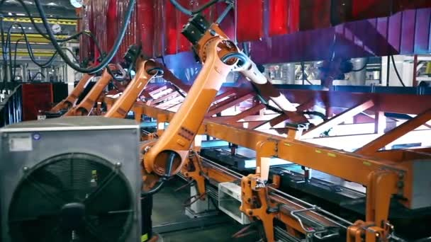 Svářecí roboty na továrních