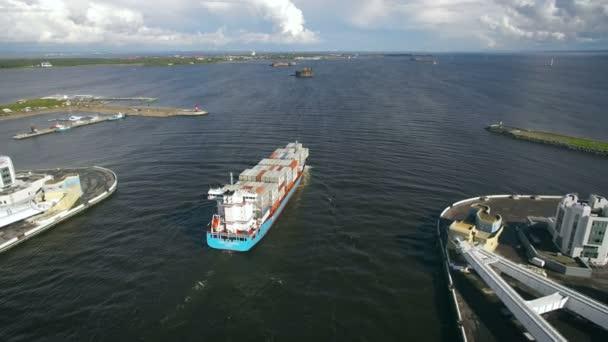 Letecký pohled na kontejnerovou loď pluje k přístavu