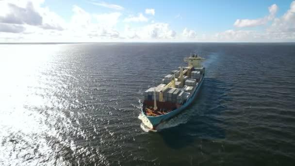 Letecký pohled na kontejnerovou loď plující v moři