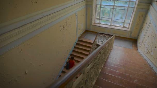 geheimnisvoller und beängstigender Ort. das Mädchen im roten Kleid die alte Treppe hinauf