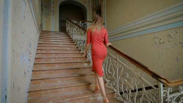 невеста в чулках спускается по лестнице видео онлайн