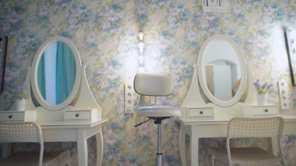 židle a zrcadla v moderní kadeřnictví