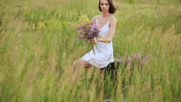 Gyönyörű fiatal lány mező nyári virágok