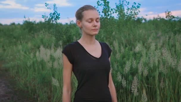Inspirován žena dělá jógu v poli