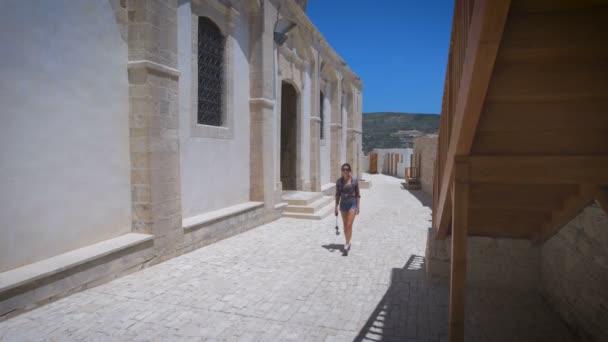 Veselá žena poutník s trendy vzhled směr hledání v cizím městě během dovolené