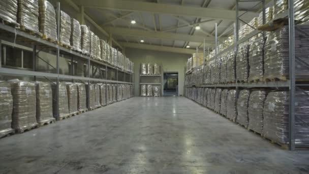 Nagy bútor raktár. Mezzanine polcok és nagy csomagok élelmiszer szállításra készen. Nagykereskedelmi raktár.