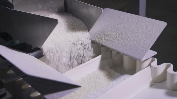 Rýže se rozpadá na stejný podíl v moderní automat.