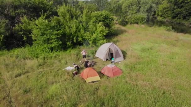 Egy kis tábor a mezőn. A turisták megállt egy gyönyörű természetes hely három sátor, főzni ételt, és menj el.