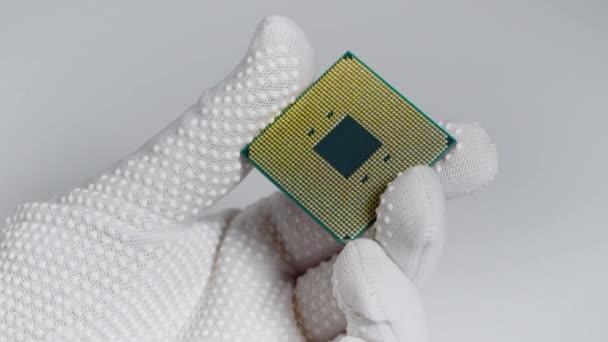 CPU. Ein Laborant hält einen leistungsstarken Prozessor in den Händen. Eine Gruppe von Wissenschaftlern arbeitet im Bereich der künstlichen Intelligenz.