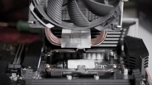 Die Montage eines Supercomputers. Kühler für den Zentralprozessor.