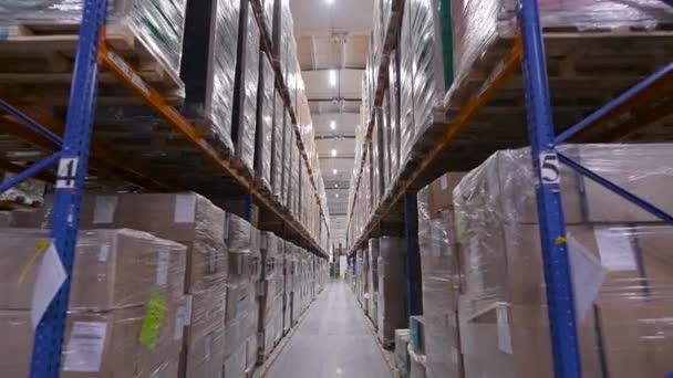 Raktár csomagolt árukkal a polcokon. A világgazdaság és logisztikája.