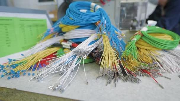V továrně na výrobu elektrických rozvodů. Barevné dráty v popředí.