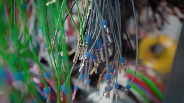 Barevné dráty v dílně pro výrobu drátů do automobilů. Různé elektrické obvody jsou sestaveny z různých drátů