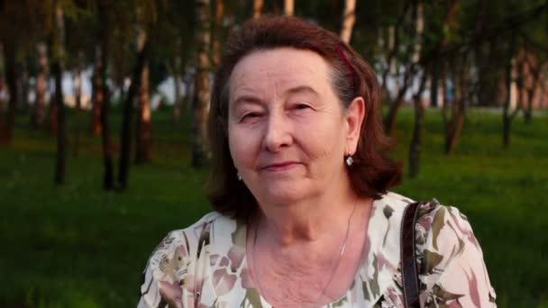 Ritratto di una donna anziana sorridente nel parco