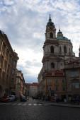 Staropražská ulice a bazilika sv. Mikuláše na Malé Straně, kamenné dlažební kameny na chodníku, kostel, staré domy, vinobraní, stylová fotografie pro interiér