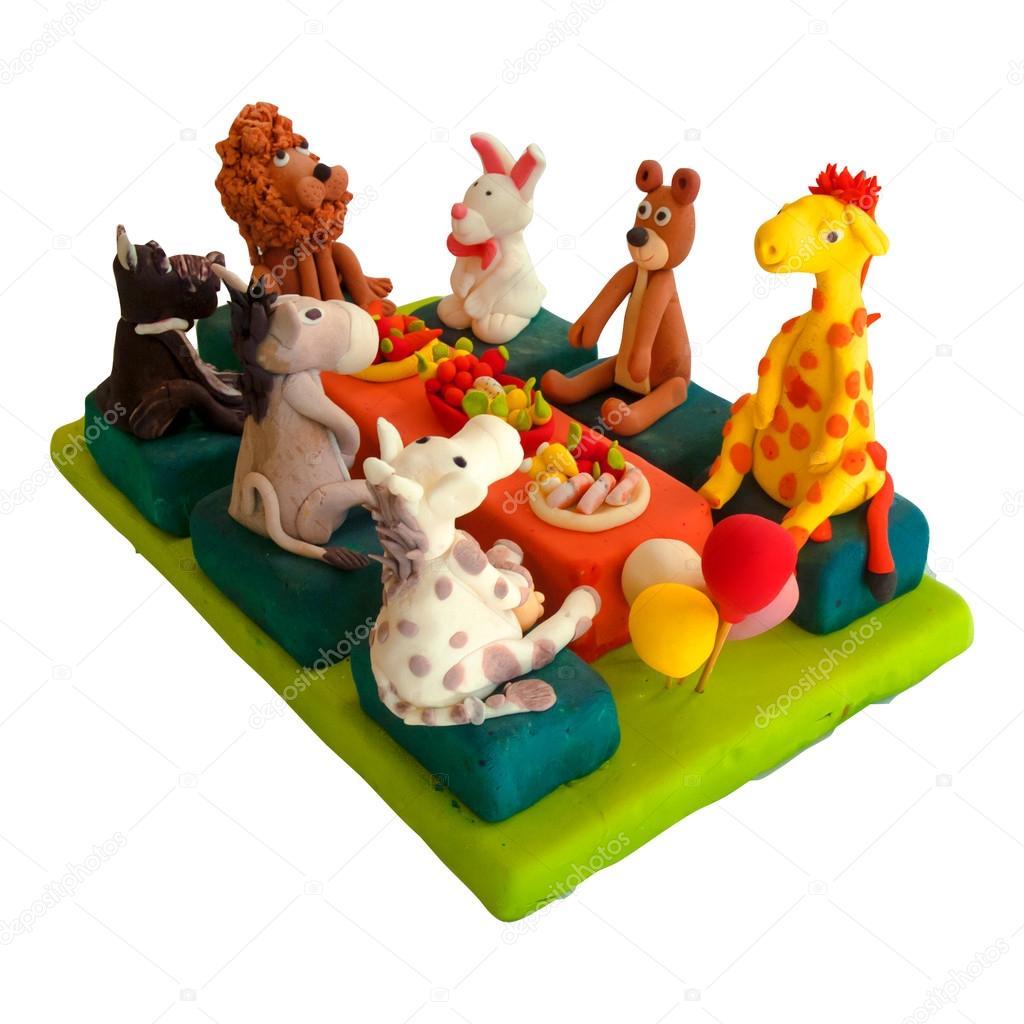 Colorido pastel de celebracin decorada con figuras de animales para