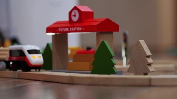 Züge, die den Bahnhof verlassen wollen. Spielzeug-Elektrozug zieht Waggons auf einer Eisenbahn.