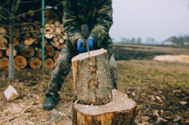 Man splitting log